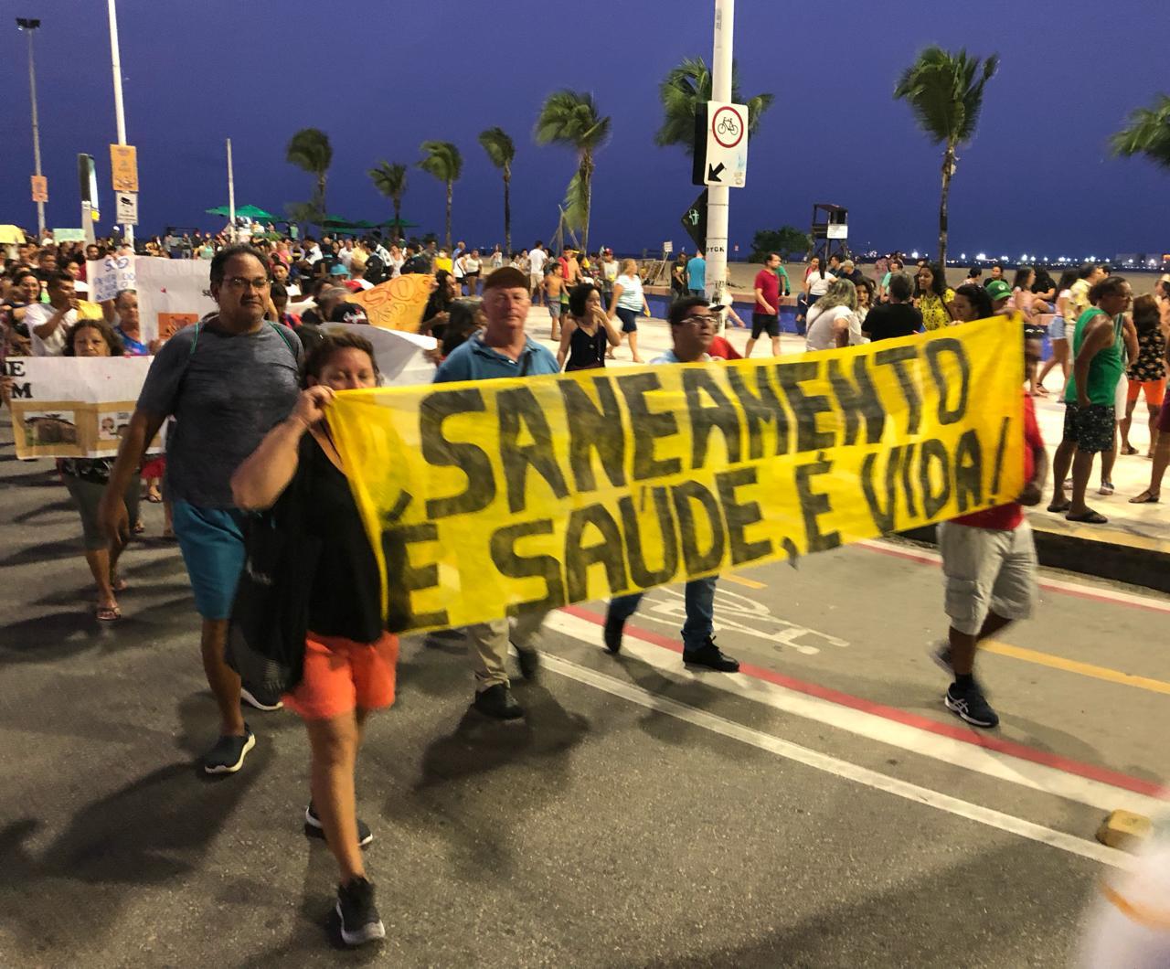 Moradores da Praia do Futuro realizam protesto contra falta de investimentos