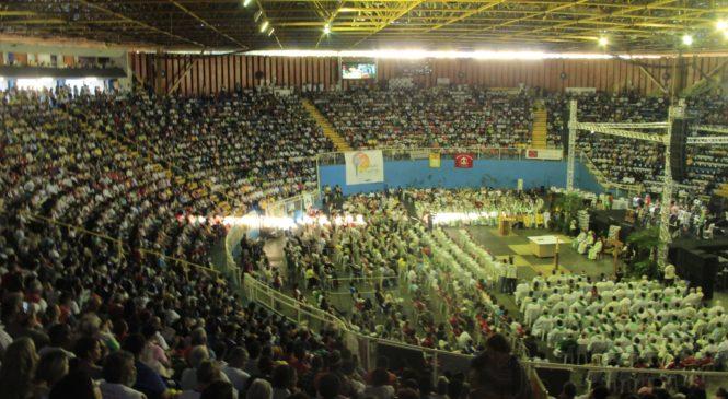 Nas mãos da Trindade: Celebração de encerramento lota Moringão (COM VÍDEO)
