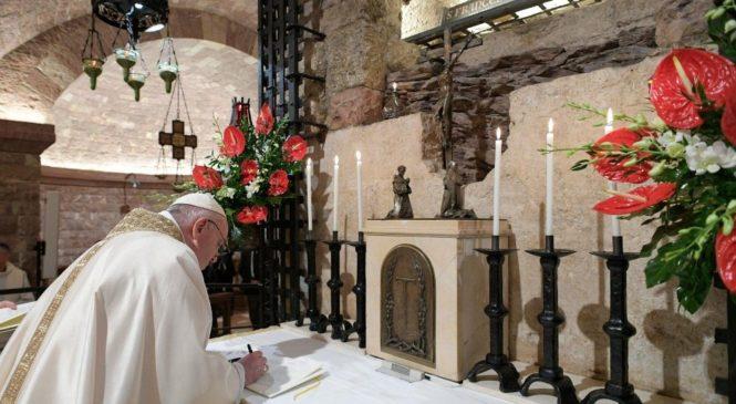 """No túmulo de São Francisco, o Papa assina a Encíclica """"Fratelli tutti"""""""